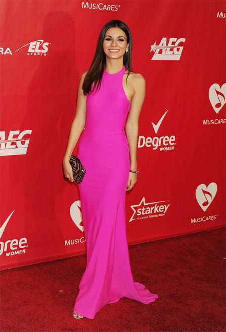 Виктория Джастис в платье цвета фуксии