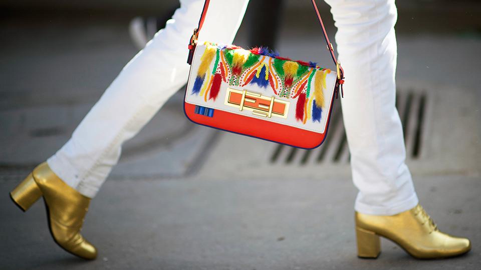 Белые джинсы и золотые ботинки
