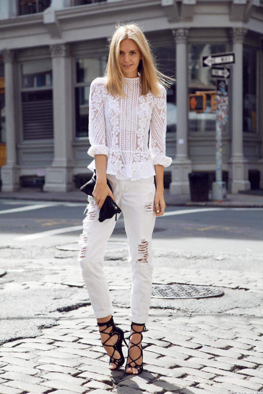 Белые джинсы и черные босоножки снова вместе