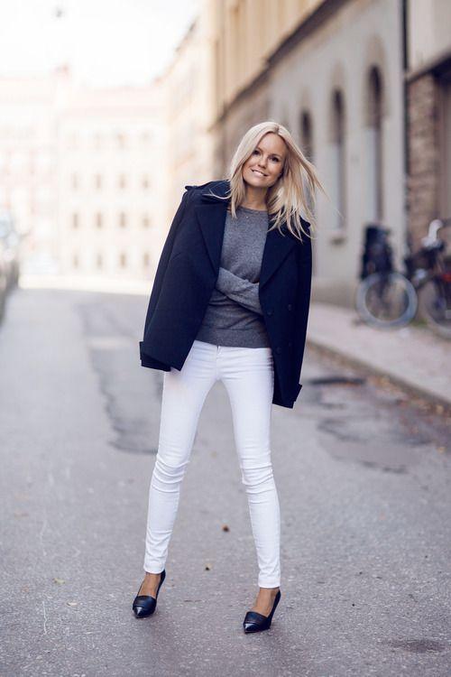 Осенью еще можно успеть надеть белые джинсы и любимые синие туфли