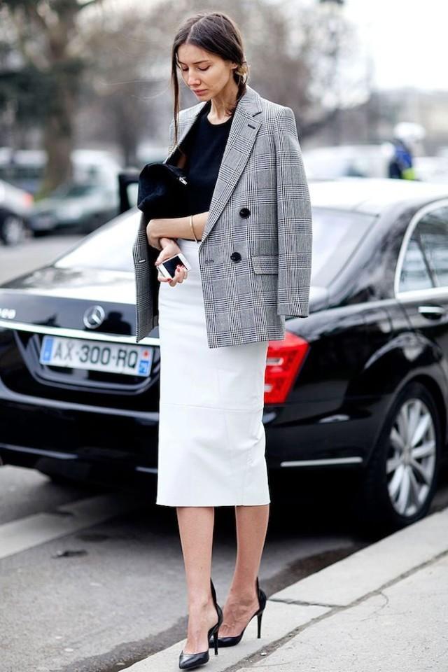 Серый пиджак и белая юбка-карандаш гармонично сочетаются в деловом стиле