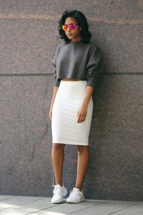 Узкая белая юбка и короткий серый свитер