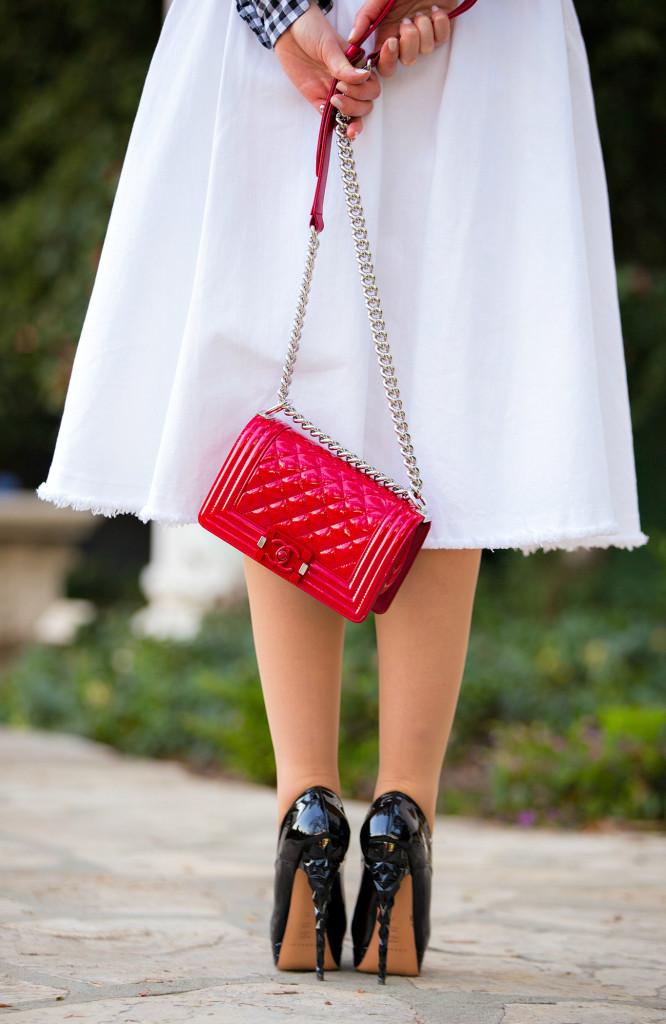 Белая юбка, красная сумка и черные туфли - неплохой ансамбль