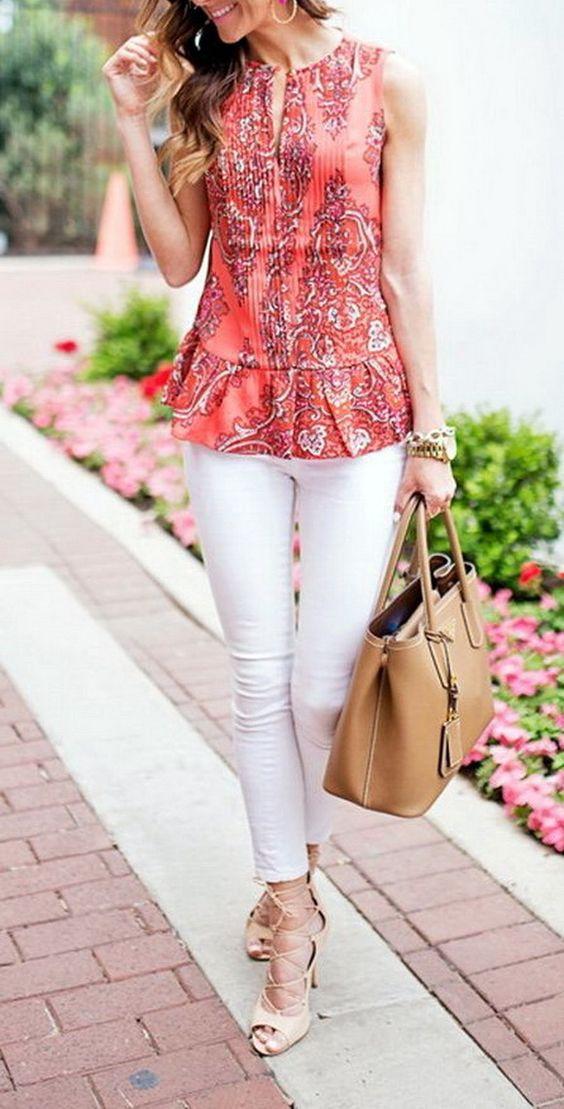 Белые джинсы и яркая летняя блузка