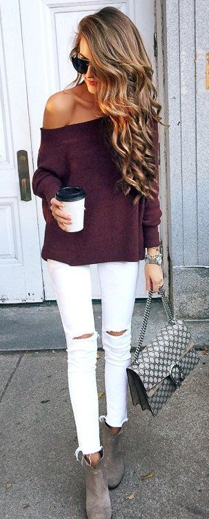 Белые рваные джинсы и вязаный свитер