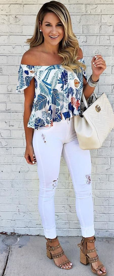 Белые джинсы летом сочетаются с любым ярким топом или блузкой
