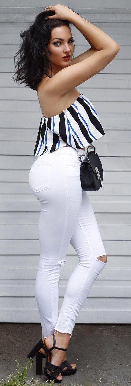 Белые джинсы и короткий полосатый топ
