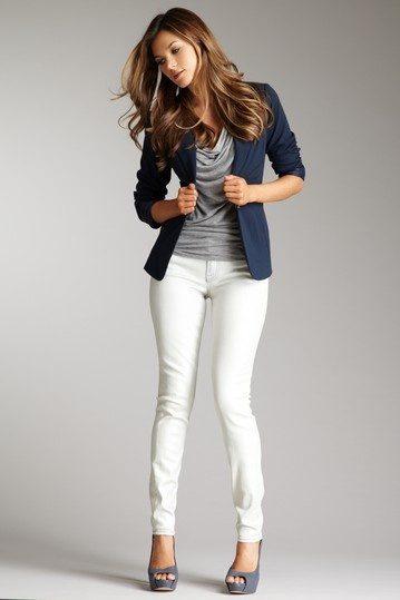 Белые джинсы в деловом образе