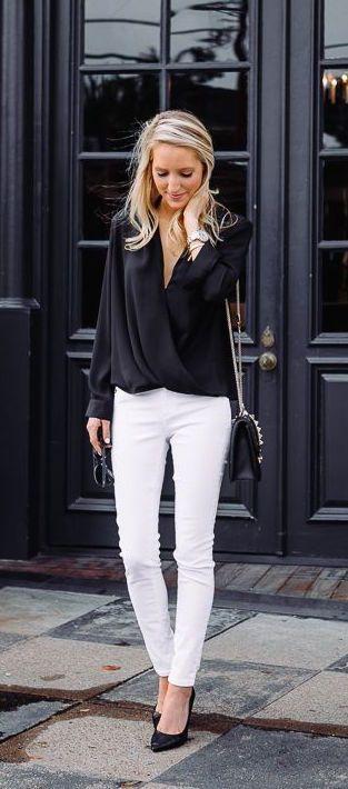 Белые джинсы, черные блузка и туфли - отличный ансамбль для делового стиля