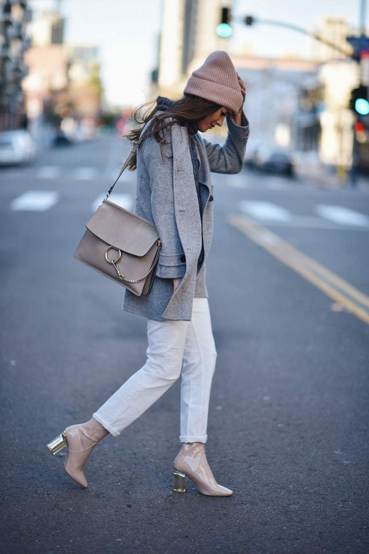 Короткие белые джинсы в зимнем луке