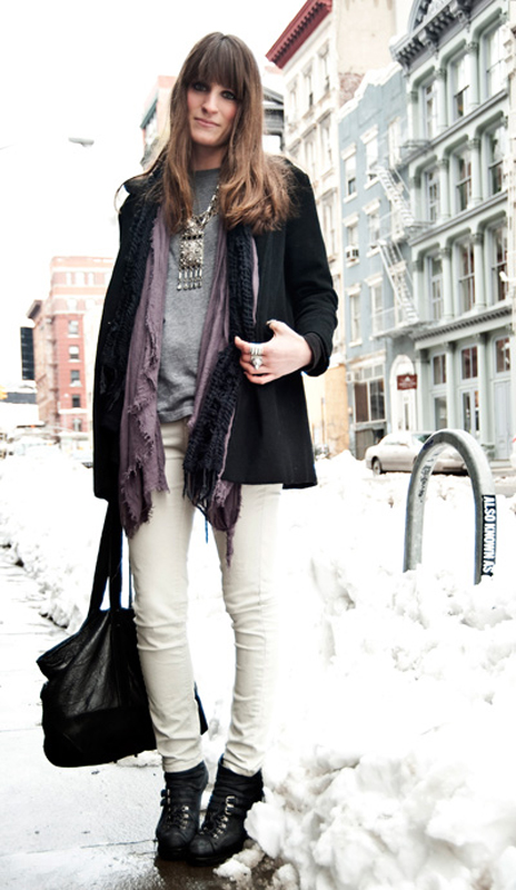 Белые джинсы с черными ботинками для зимнего сезона