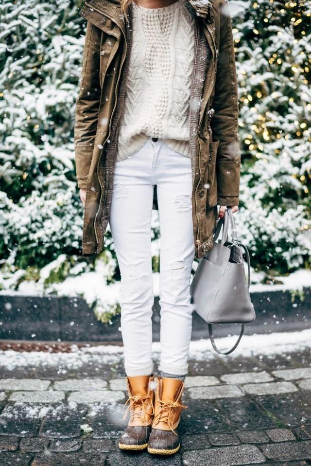 Белые джинсы с ботинками и паркой