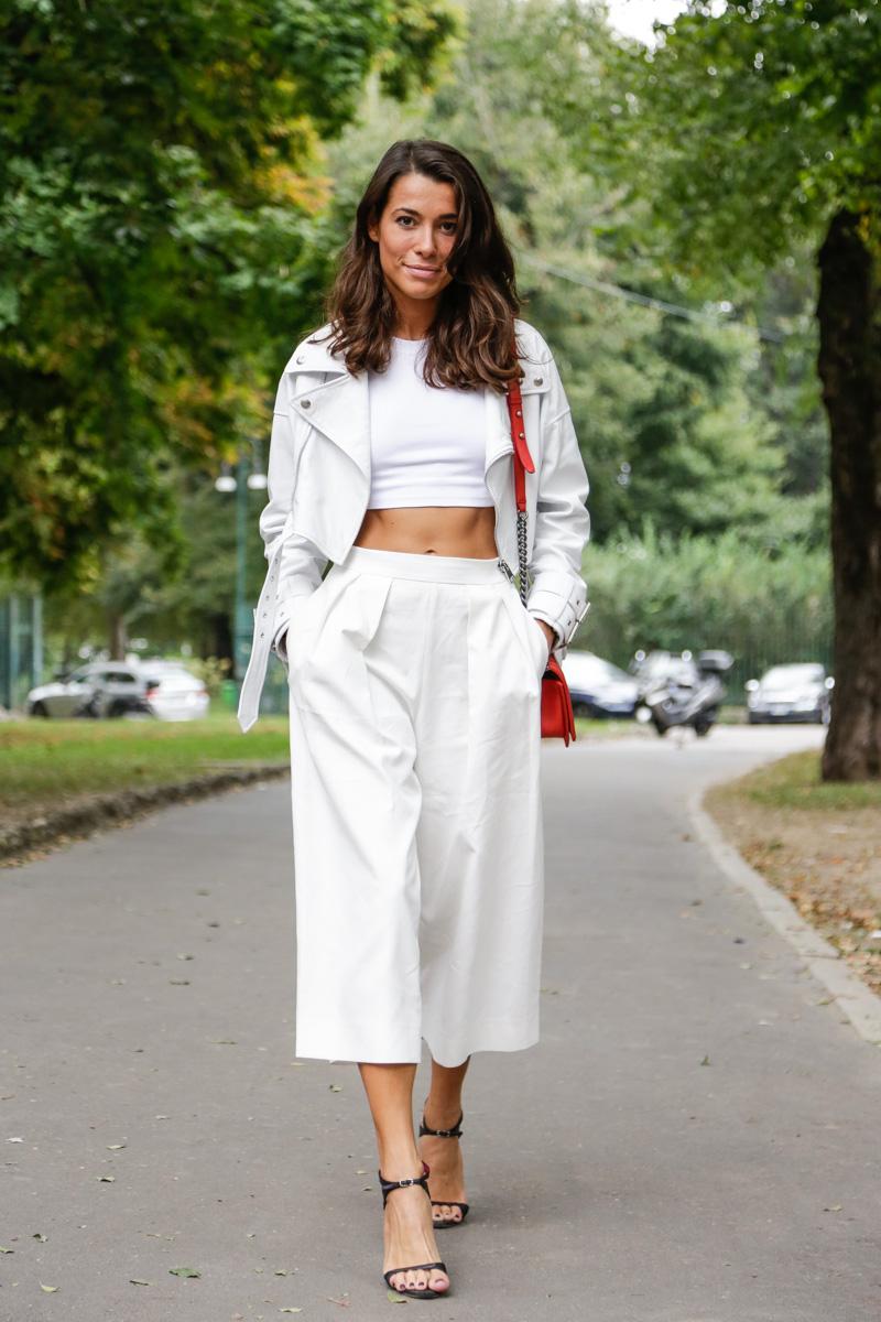 Белая юбка-брюки и белый топ создают эффектный ансамбль
