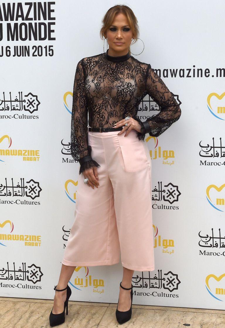 Розовая юбка-брюки пришлась по фигуре Дженнифер Лопес