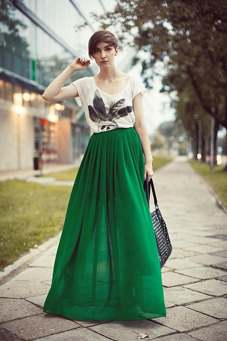 С чем носить зеленую длинную юбку: вариант с обычной футболкой