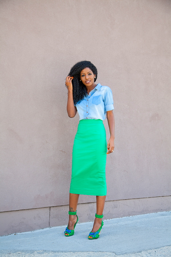 С какой обувью носить зеленую юбку: сочетание зеленого и голубого