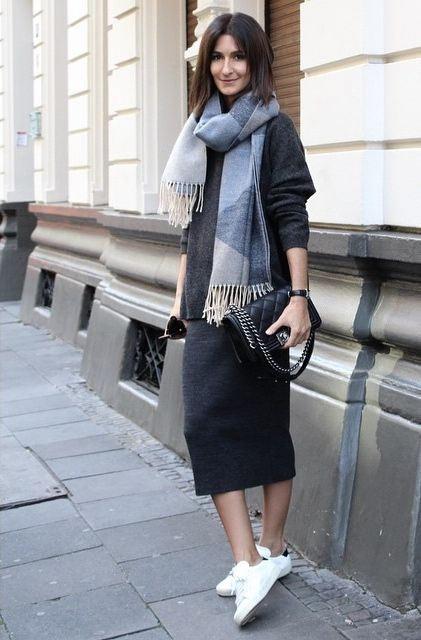 Темно-серое шерстяное платье, шарф и белые кроссовки для занятий