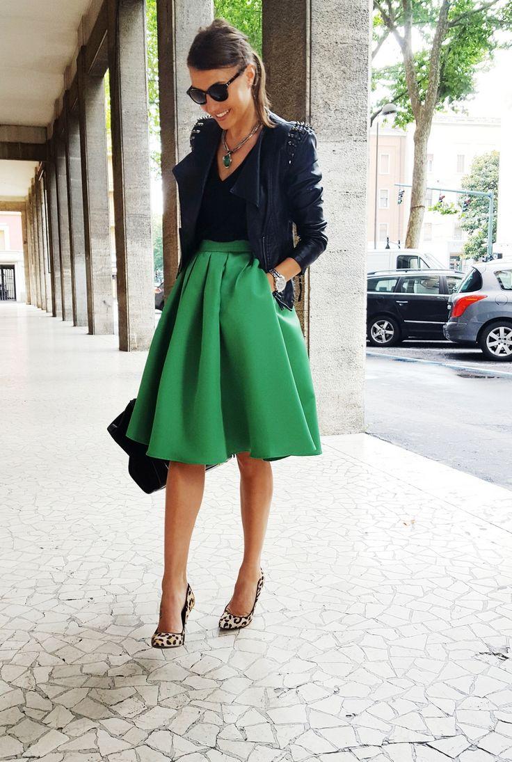 Черный верх, зеленая юбка и туфли с анималистичным принтом