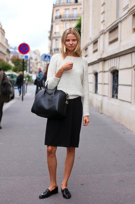 Модель Магдалена Фраковяк выбрала объемный свитер, прямую юбку и обувь на низком ходу