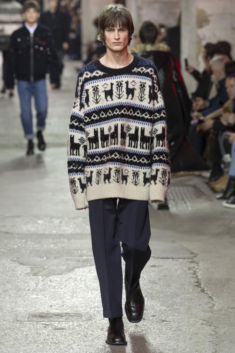 Удлиненный свитер, брюки и туфли. Образ от Dries Van Noten