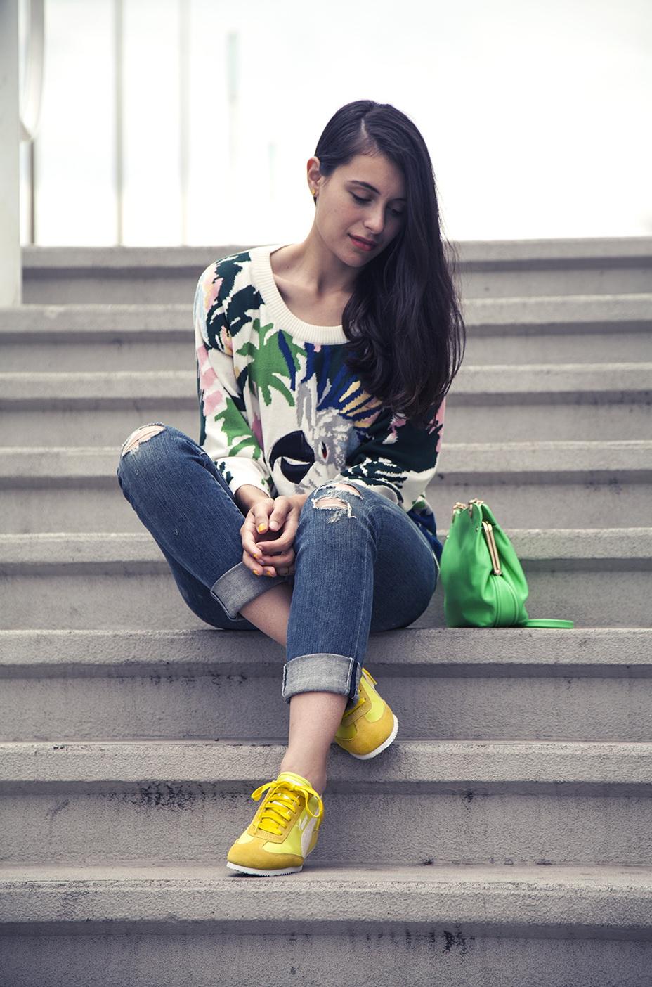 Желтые кроссовки, джинсы и цветной свитшот