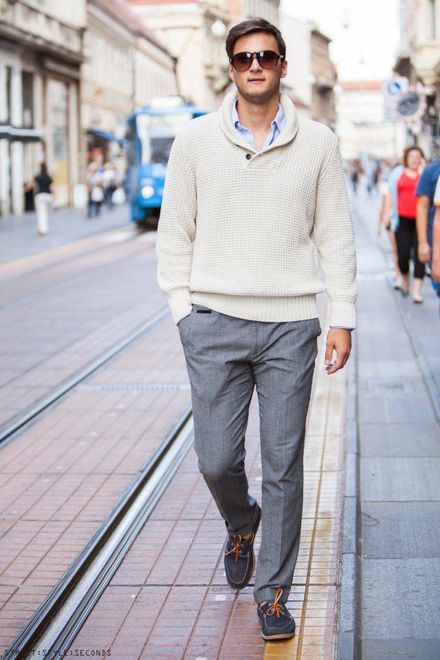 Бежевый свитер легко сочетается с классическими серыми брюками. Образ в стиле smart casual