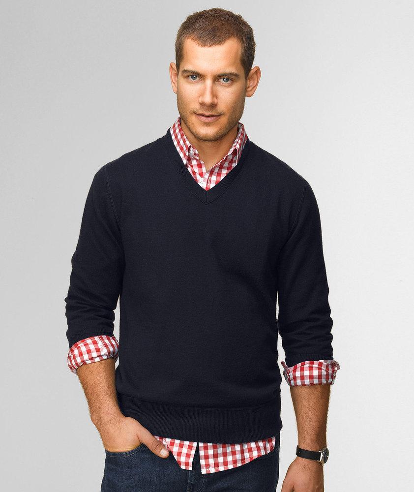 Черный пуловер в сочетании с яркой рубашкой