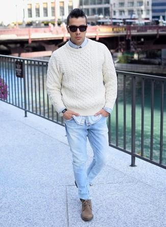 Светлый свитер в сочетании с денимом