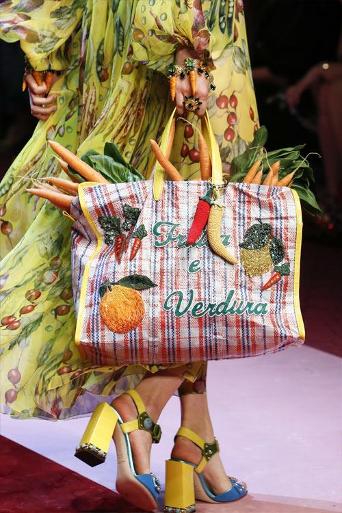 Сумка из коллекции Dolce & Gabbana 2018. Полная моркови, да.