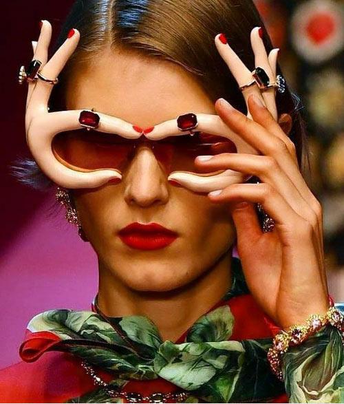 Солнечные очки в виде женских рук Dolche Gabbana весна-лето 2018