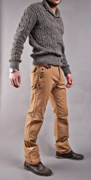 С чем носить серый свитер мужчине: любые цветные брюки будут кстати