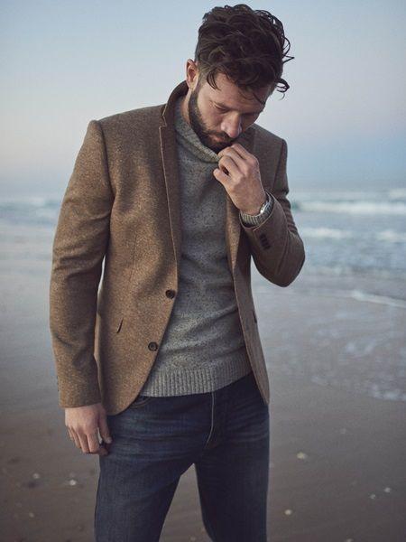 Серый меланжевый свитер, пиджак и джинсы. Комплект можно носить и под кеды, и под туфли