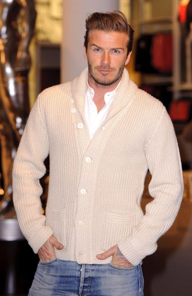 Дэвид Бекхэм часто выбирает вязаные кардиганы в сочетании с джинсами и рубашкой