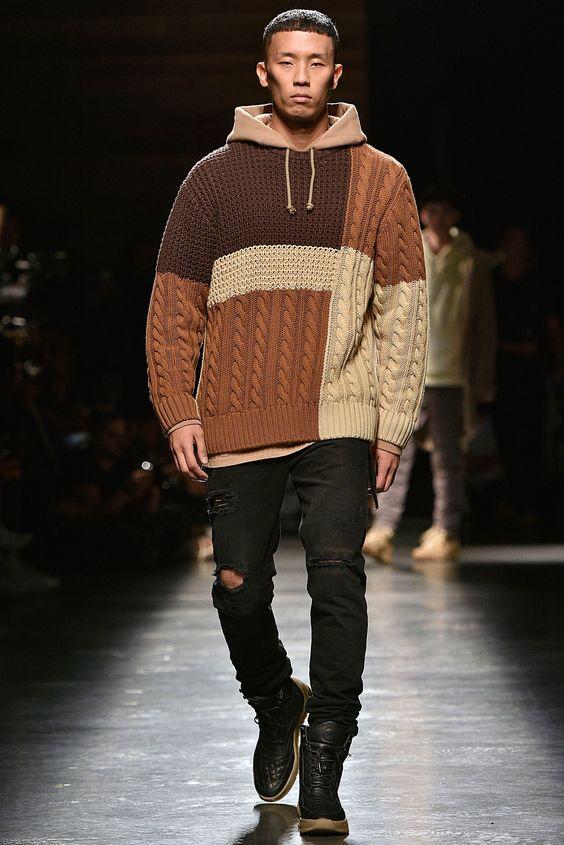Один из вариантов с чем носить свитер крупной вязки