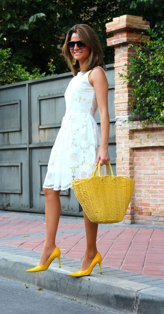 Желтые туфли, белое платье и желтая сумка - идеальный летний вариант