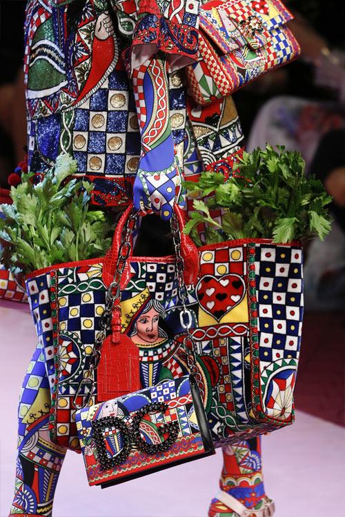 Сумка из весенней коллекции Dolce & Gabbana 2018: Королева Сердца несет в сумке молодую морковь
