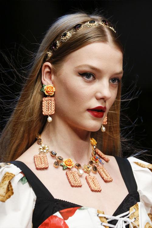 Украшения: серьги и чокер от Dolce & Gabbana весна-лето 2018