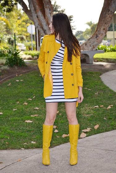Желтые сапоги в сочетании с желтым тренчем