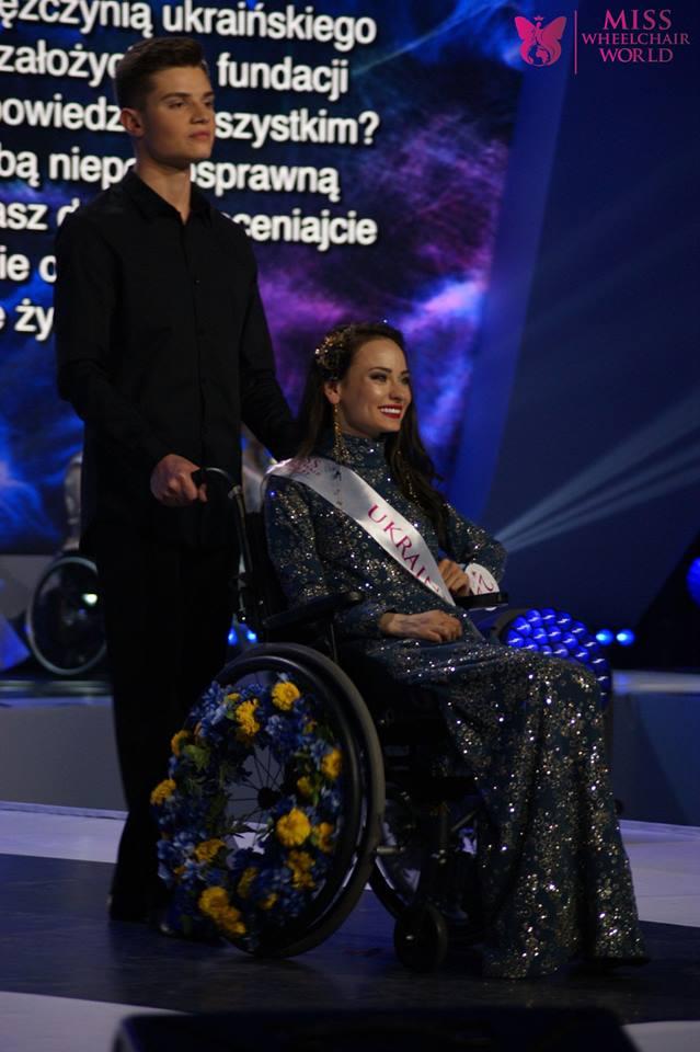 Оксана Кононец на подиуме конкурса Miss Wheelchair World
