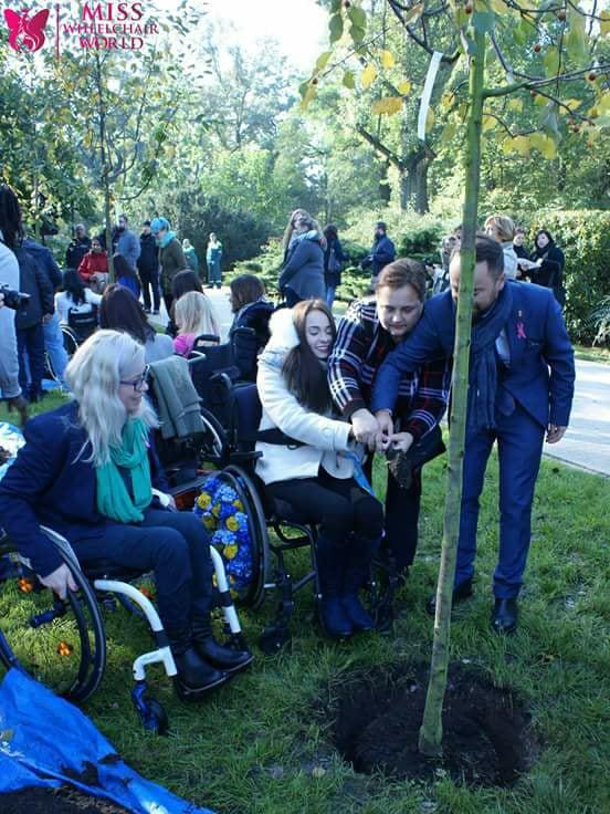 Участницы Miss Wheelchair World сажали деревья в сквере Варшавы