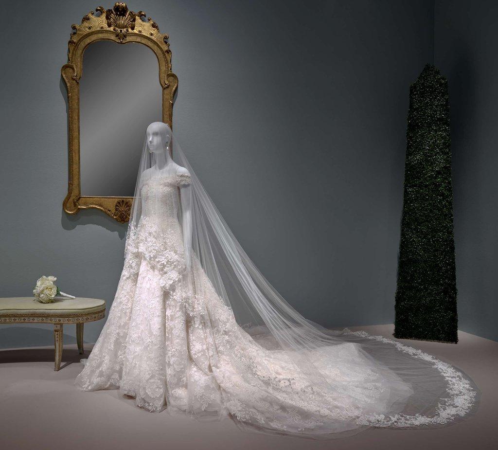 Платье Амаль Клуни на выставке в Музее изящных искусств в Хьюстоне