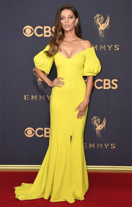 Анджела Сарафян в желтом платье на красной дорожке Emmy