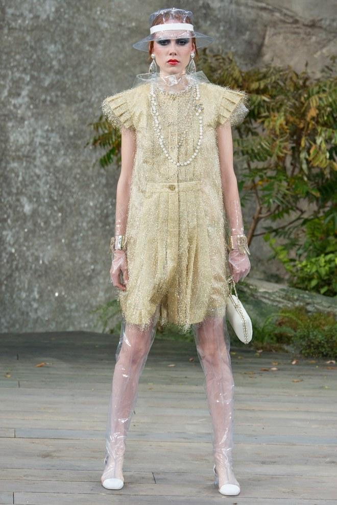 Высокие прозрачные ботфорты в образе Chanel