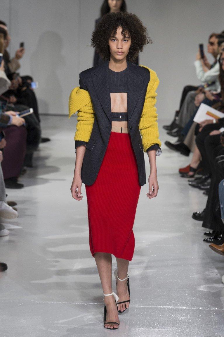Узкая длинная юбка с черным топом и жакетом. Образ от Calvin Klein