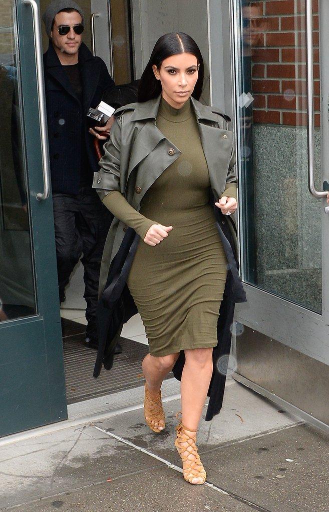 Платье-водолазка бутылочного цвета и плащ в тон платья - выбор Ким Кардашян