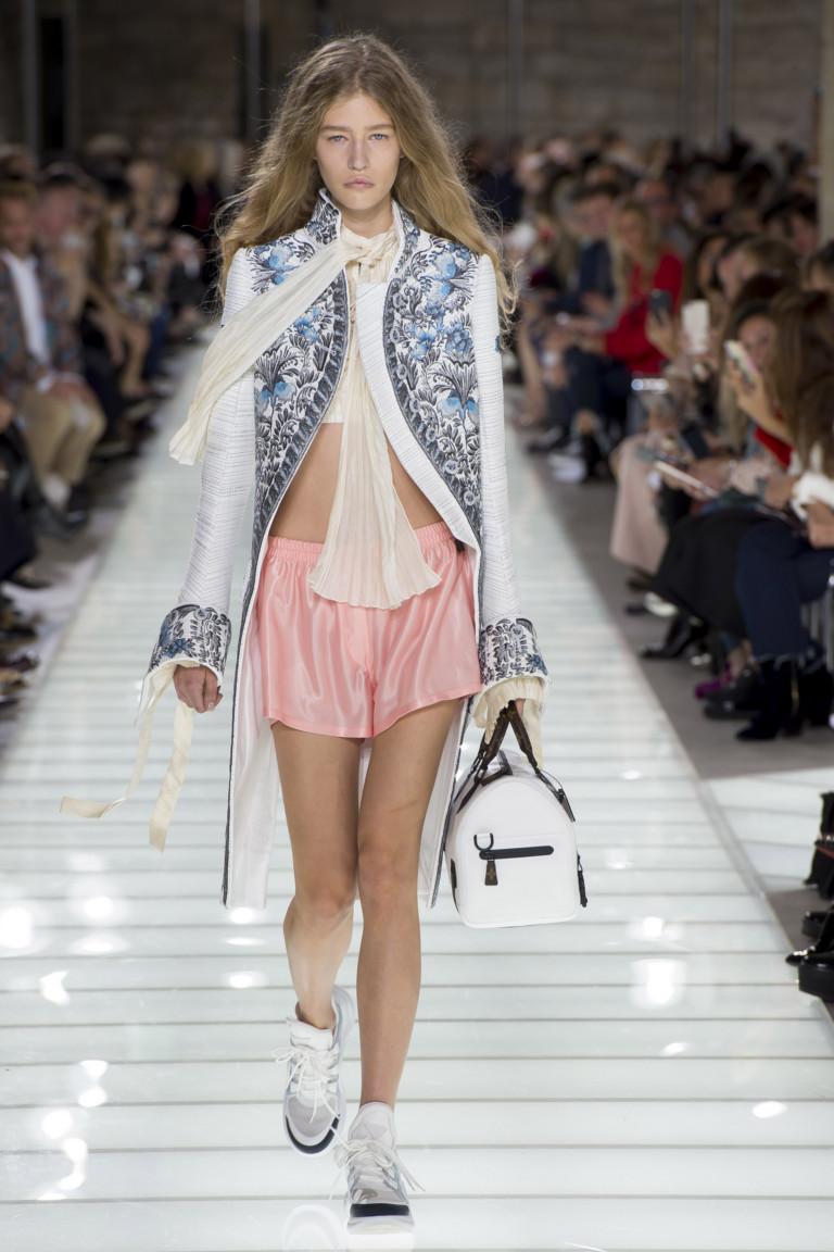 Шелковые шорты в сочетании с удлиненным расшитым жакетом и кроссовками