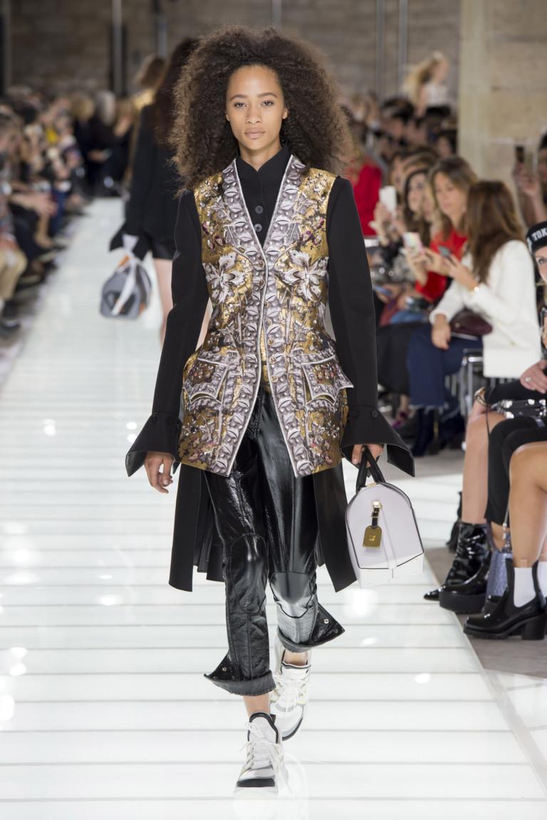 Кроссовки, камзол, черные глянцевые штаны - это Louis Vuitton