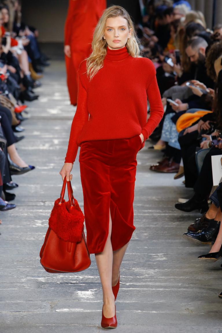 Образ из коллекции Max Mara с красной бархатной юбкой
