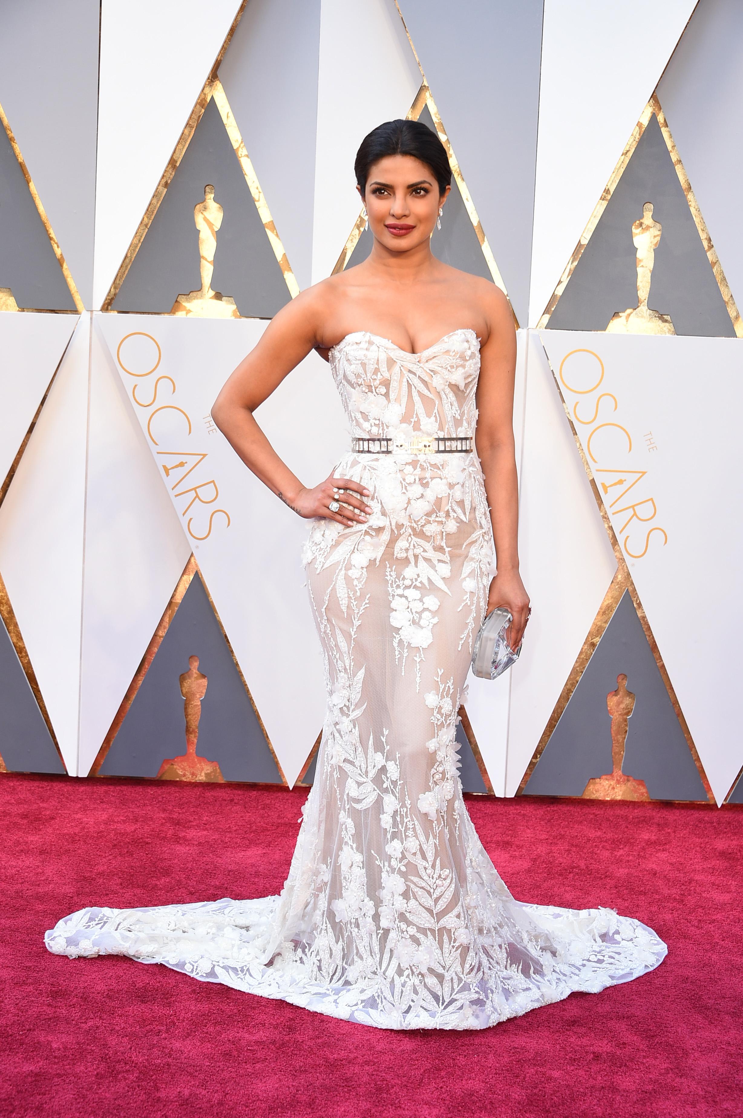 Приянка Чопра в белом прозрачном платье в пол