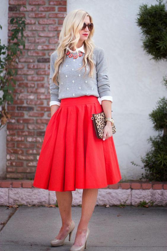 Красная пышная юбка и серый легкий свитер